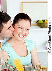 jovem, mulher, Cozinhar, Recebendo, beijo