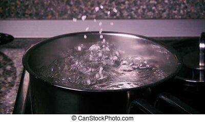 Slow mo sprinkle salt in the pan - Slow mo sprinkle salt...