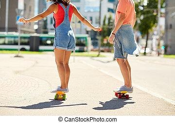 ciudad, adolescente, pareja, calle, equitación, monopatines