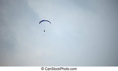 Paraplane - Paraglider raise the height on a rope