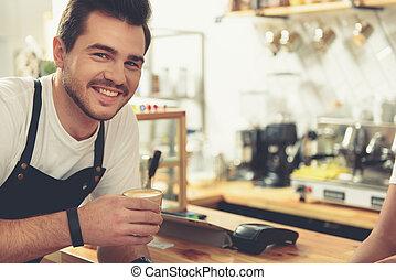café, toma, dulce, cómodo, sonriente, Tienda, hombre