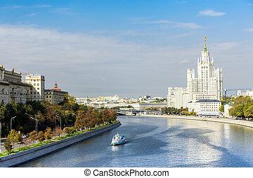 Kotelnicheskaya embankment and Moscow river -...