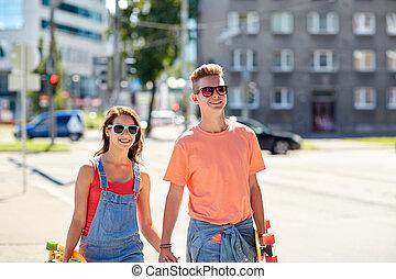 ciudad, adolescente, calle, pareja, monopatines
