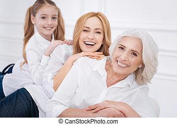 alegre, sofá, membros, família, sentando