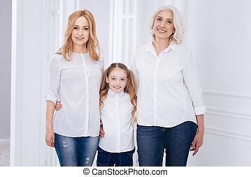 gerações, três, família, abraçar