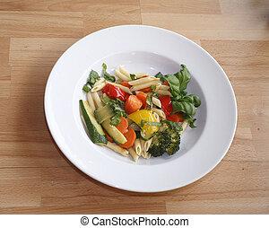 Teller mit Nudeln und Salat