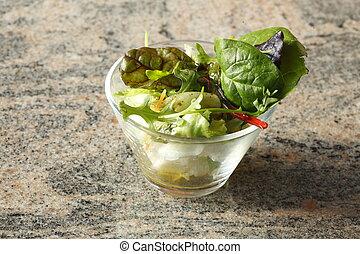 Glasschale und frischer Salat