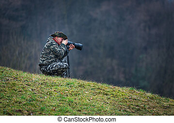Photo hunting camouflaged in the meadow - Photo hunting man...