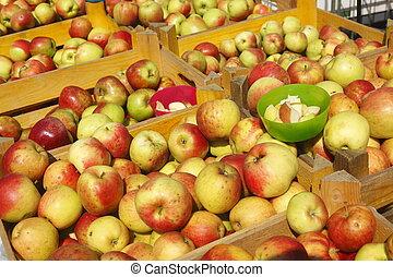Frische Äpfel in Kisten auf einem Marktstand - Frische Äpfel...