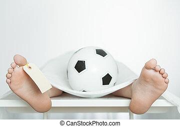 Menino, bola, necrotério, futebol, laje, mentindo
