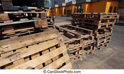 Wooden pallets for loading goods into containers - Wooden...
