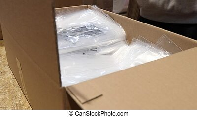 Packaging of plastic bags in export carton - Plastic...