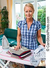Femme foyer, fer, pendant, Repassage, lessive