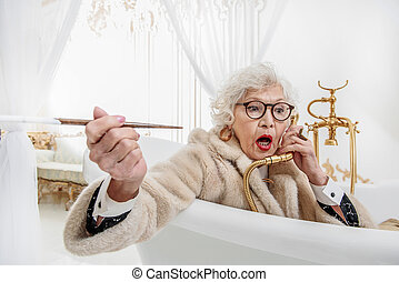 Surprised mature lady in entertaining in bath - Shocked old...