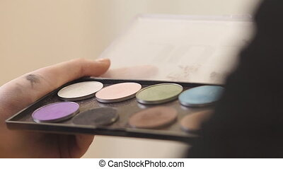 Professional Eyeshadow Palette - Make-up artist is gaining...