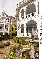Historical Charleston neighborhood - Courtyard of typical...