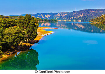 Lake Sainte-Croix-du-Verdon reflects wooded shore - Smooth...