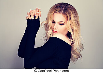 Blonde Beauty. Pretty Woman Fashion Model with Blonde Hair