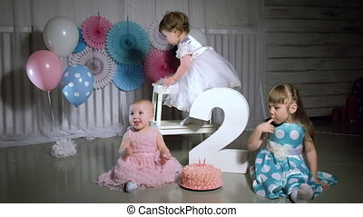 kids eating birthday cake