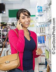 frau, Beweglich, apotheke, Telefon, gebrauchend, Lächeln