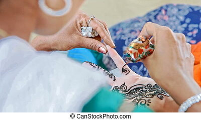 Master Draws Patterns with Henna on Fingers in India