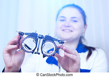 Optometrist holding messbrille in ophthalmology clinic