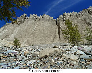 Hoodoos - These sculpted mountain peaks or hoodoos contrast...
