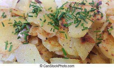 Bratkartoffeln - geröstete Kartoffeln mit Kräutern dekoriert