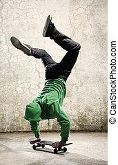Skateboard kid - Amazing skateboarder does handstand