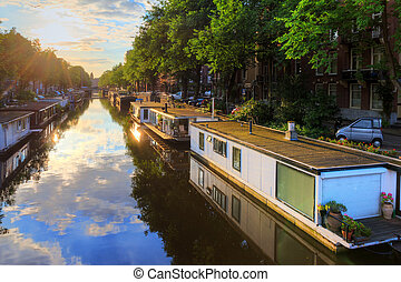 Houseboat canal - Houseboats at the UNESCO world heritage...