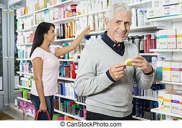 Produkt, kvinna, inköp, apotek, medan, holdingen,  Senior,  man