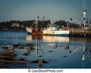 abandon fishing trawler - Rusty old abandon fishing trawler...