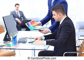 工作, 監控, 辦公室, 年輕, 看, 電腦, 雇員, 在期間, 天