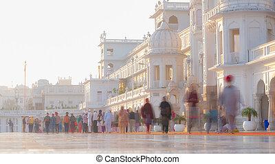 dourado, andar, adorador,  Índia, turistas, movimento, dentro, Templo, religião, exposição, longo, Obscurecido, maioria, complexo,  Amritsar, sagrado, lugar,  Punjab, adoração,  Sikh, ícone