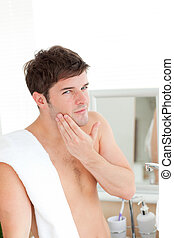 jovem, homem, pôr, aftershave, banheiro