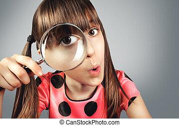 concetto, ricerca, dall'aspetto, attraverso, vetro, bambino, ragazza, ingrandendo, stupito