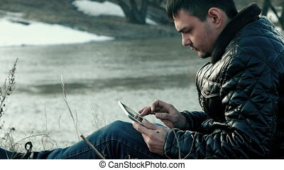 The traveler to the shore with the tablet
