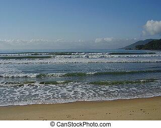 Beachfront - Várias ondas quebrando na beira da praia
