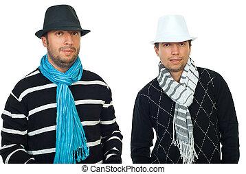 belleza, dos, hombres, sombreros, bufandas
