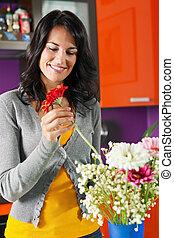 mulher, organizando, flores, pote