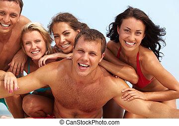 Friends resting - Portrait of joyful guy and happy girls in...