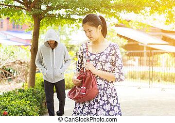 Snatch thieft - Asian woman being follow by snatch thieft