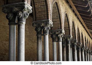 Cloister detail, Couvent des Jacobins - Closeup on columns...