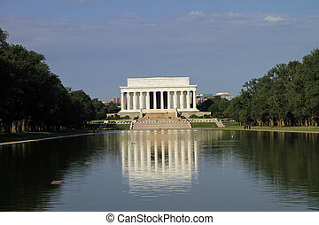 Beautiful Lincoln Memorial and reflecting pond in...