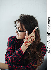 Portrait young beautiful woman with mehendi on a hand. -...