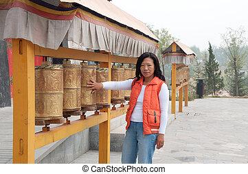 outside tibetan praying 6