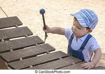 Menino, madeira, xilofone, pátio recreio, bebê, tocando
