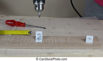 Screwing with an electric drill - Fastening plastic element...