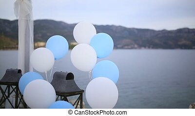 White and blue balloons to the wedding.
