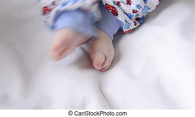 baby moves legs - The baby moves the little legs lying in...